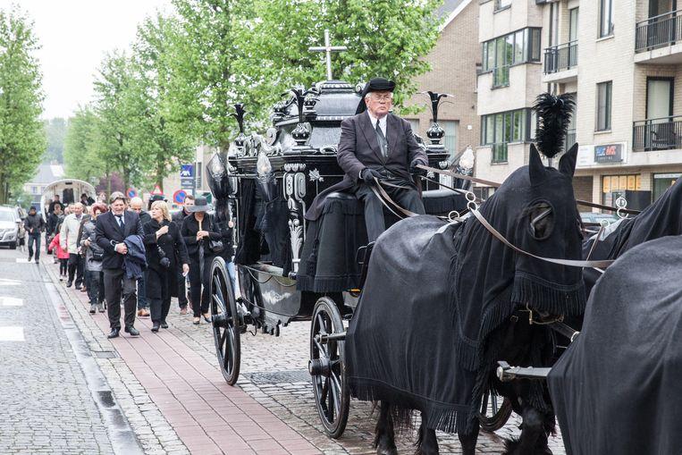 De rouwstoet trekt door het dorp van Zomergem.
