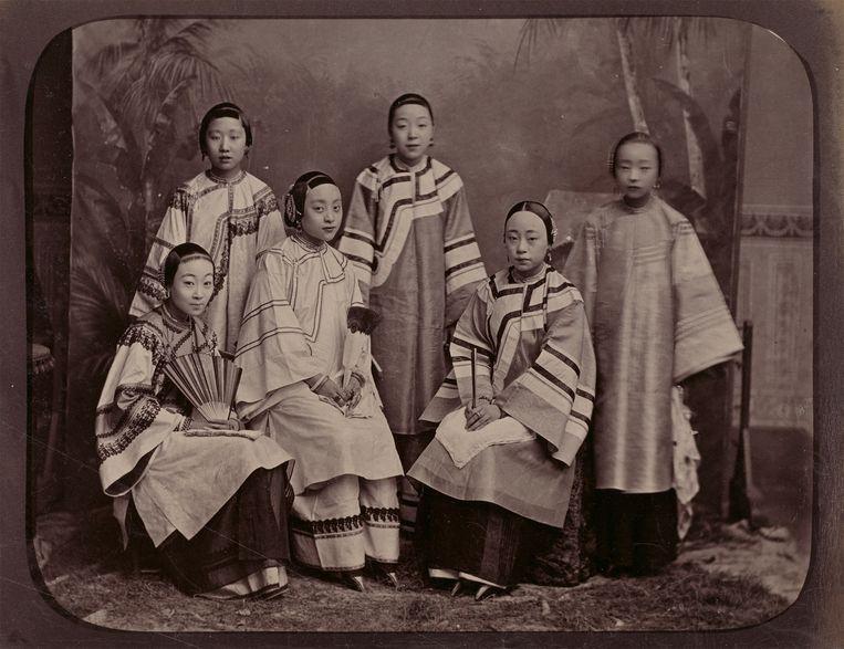 Groepsportret met courtisanes, Shanghai, ca. 1885, foto uit Vroege fotografie uit Keizerlijk China Beeld Rijksmuseum
