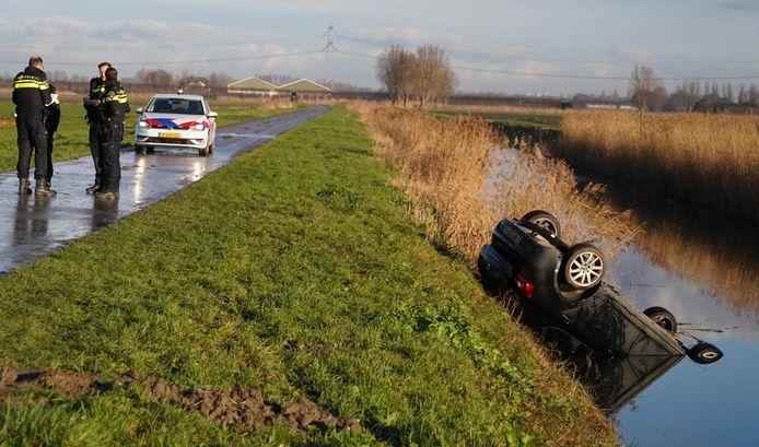De auto is aan de Plaatseweg in Oud-Beijerland van de weg geraakt en ondersteboven in de sloot beland.