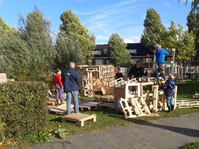 Hutten bouwen bij stadsboerderij Griftsteede.