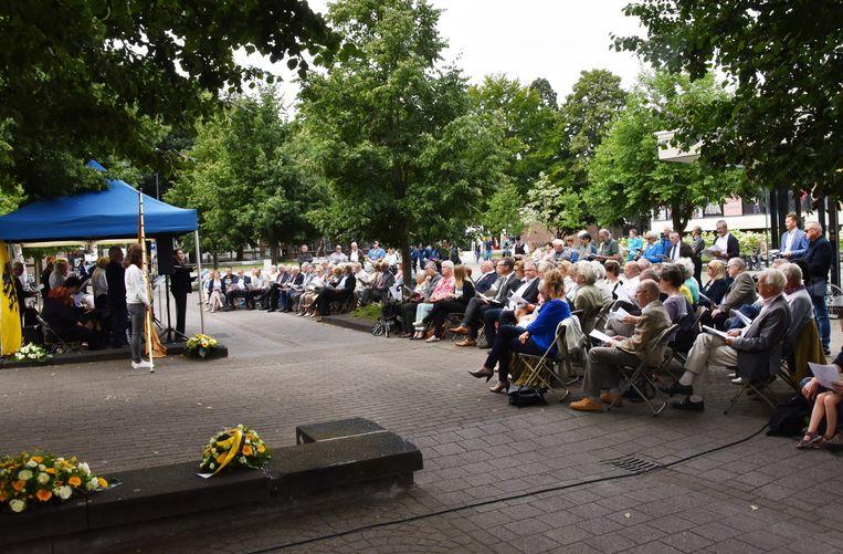 De bloemenhulde aan het Jozef Simonsmonument tijdens een eerdere 11 juli-viering