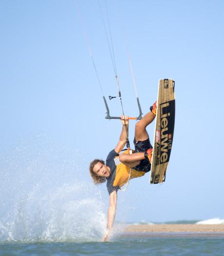 Roderick Pijls (28) ruimt al kitesurfend het strand van Brazilië op