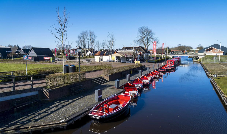 Lege fluisterboten door het wegblijven van toeristen in Giethoorn.  Beeld EPA