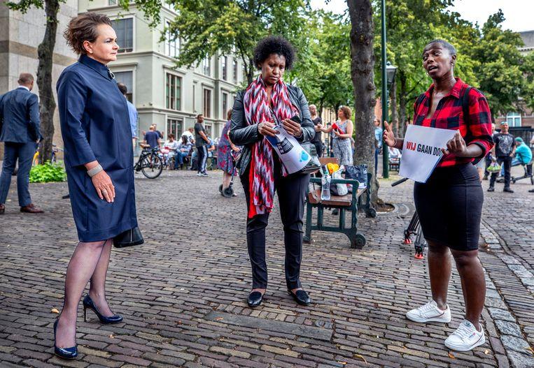 Staatssecretaris van Financiën Alexandra van Huffelen donderdag op het Plein in Den Haag in gesprek met gedupeerde ouders.  Beeld Raymond Rutting / de Volkskrant