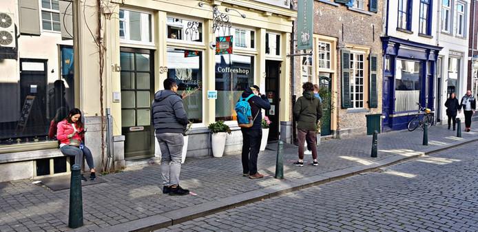 Een rij voor coffeeshop Het Paradijs