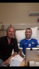 De Vries (links) en Ricksen in een Schots ziekenhuis.