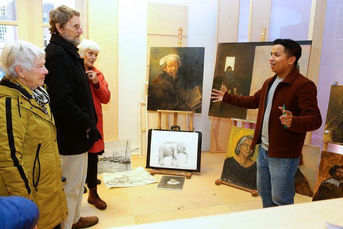 Ruben Lopulalan (rechts) liet zondag zijn schilderkunsten zien voor publiek.