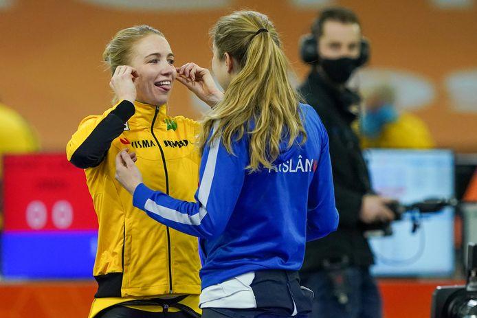 Carlijn Achtereekte en Sanne in't Hof bij het kwalificatietoernooi in Thialf eind december.