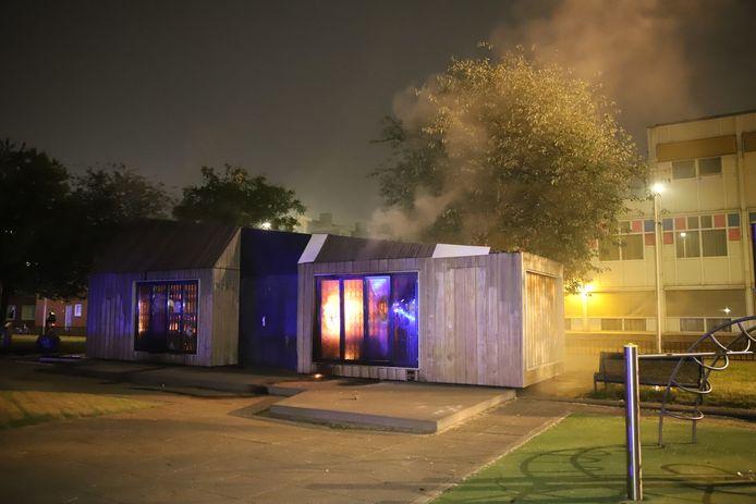 De rellen in de Schilderswijk beleefden deze zomer hun dieptepunt toen een Hopje, waar door buurtwerkers speelgoed kan worden uitgeleend, door vandalen in brand werd gestoken.