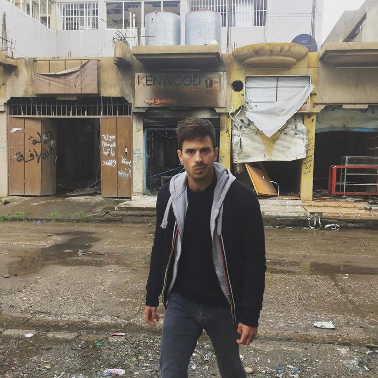 Kunstenaar Floris Caes, alias Boccanegra, in Mosul. In de Iraakse stad woeden op dit moment hevige gevechten tussen Iraakse troepen en terreurgroep IS.