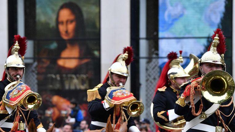 Franse militairen voor een replica van de Mona Lisa, een van de bekendste werken van leonardo da Vinci. Beeld afp