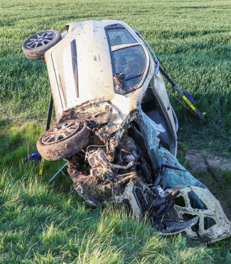 Auto belandt in greppel en slaat over de kop in Emmeloord