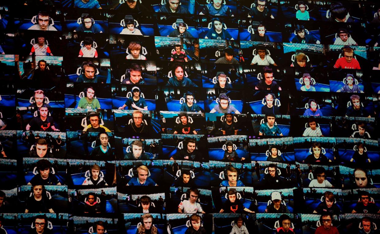 Een beeld van op het WK Fortnite in New York. De honderd beste Fortnite-gamers namen het zondag tegen elkaar op.