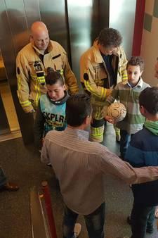 2 jonge kinderen bevrijd uit lift in Hengelo