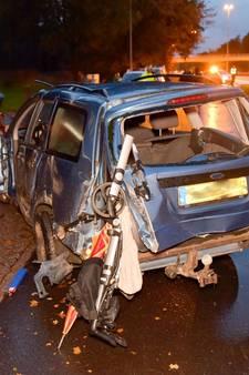 Ravage Moergestel: auto ramt verkeersbord, tikt bestelbus aan, maakt U-turn en klapt op vrachtwagen