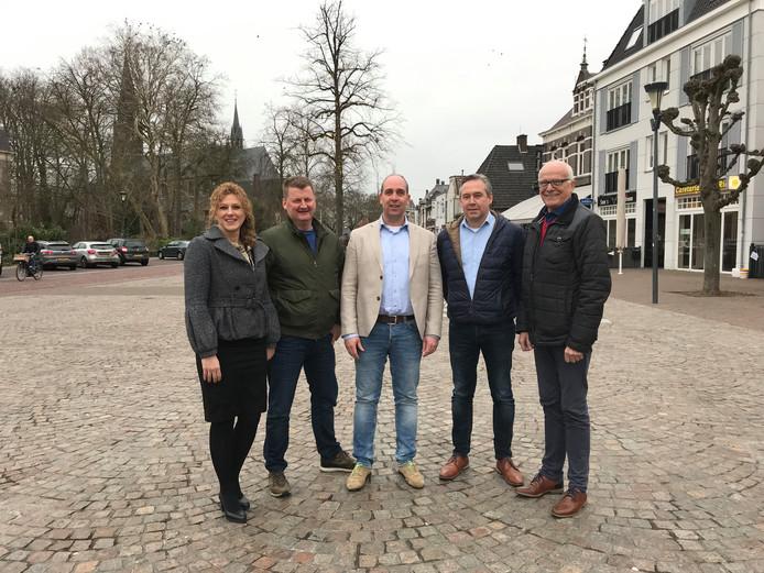 Vlnr wethouder Inge van Dijk, voorzitter Johan Habraken van de Ondernemersvereniging Bakel, Dirk Lammers, voorzitter Willy Vos van Ondernemersvereniging Gemert en VVV-voorzitter Bert Mickers.