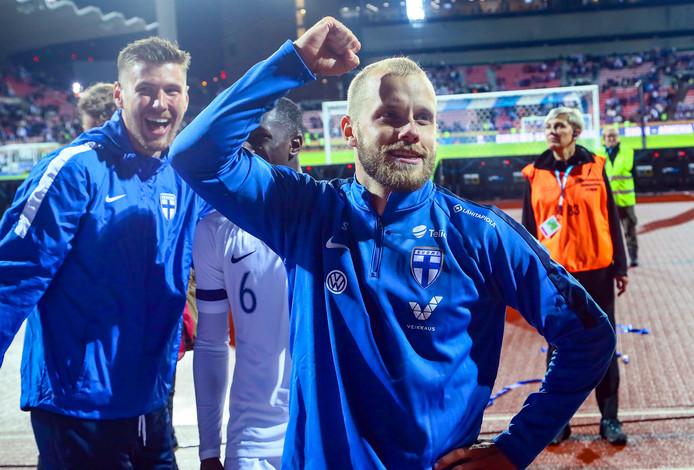 Teemu Pukki (r) is de held van Finland.