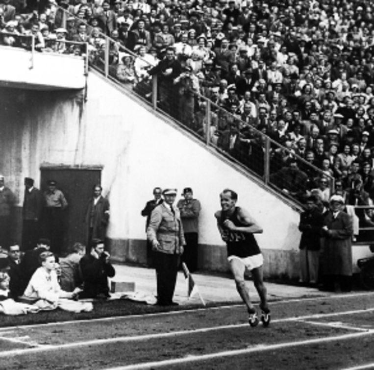 Zátopek in Helsinki (1952), waar hij drie keer goud won. (FOTO ANP ) Beeld