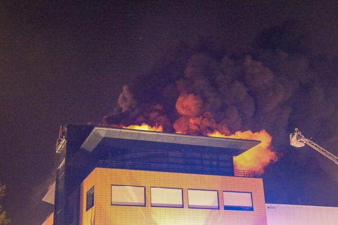 Op het dak van een bedrijfspand in Barendrecht heeft dinsdagmorgen vroeg een grote brand gewoed.
