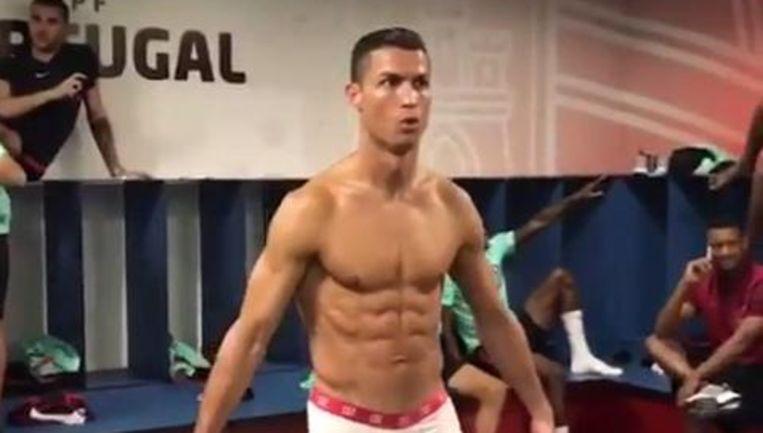 Voetballer Ronaldo in de kleedkamer bij de Mannequin Challenge. Beeld null