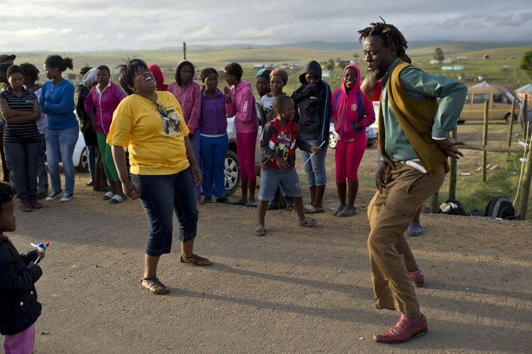 Mensen dansen voor de familiewoning van de Mandela's.