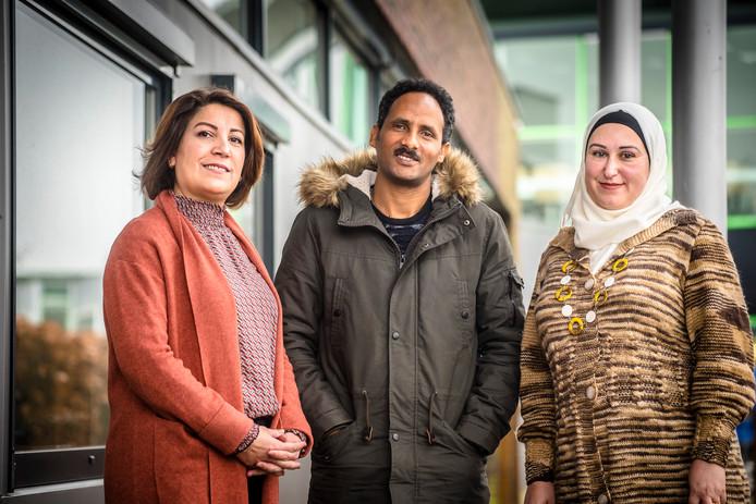 Drie van de zeven Achterhoekse cultuurverbinders.  V.l.n.r. Dilsoz Amin , Mebrahtom Sium Hagos en Sona Akil