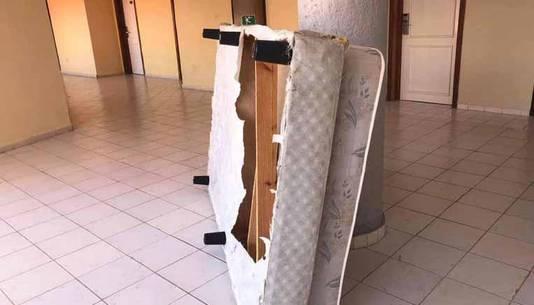 Un matelas cassé dans un couloir de l'hôtel
