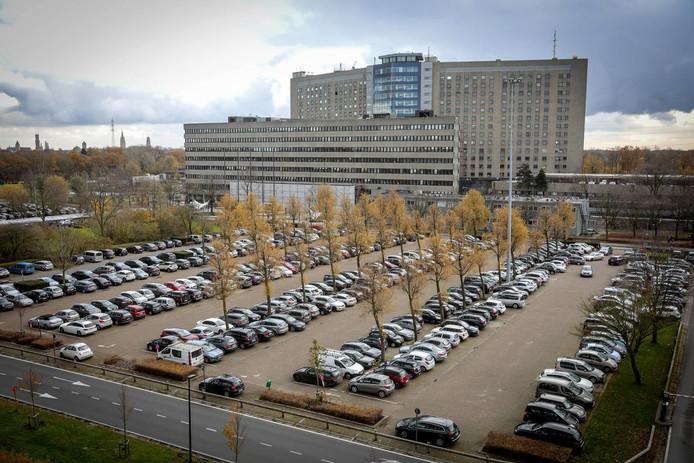 De parking van AZ Sint-Jan staat nu eivol. Een parkeertoren moet soelaas brengen.