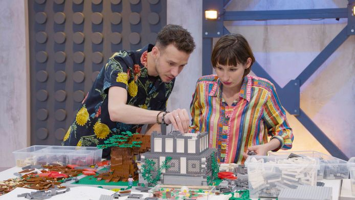 Jan en Lola tijdens in diepe concentratie tijdens één van de opdrachten.