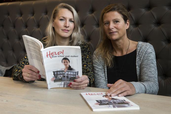 BORNE - Jacobien Kleijweg (links) en Annemiek van Oosten hebben het boek 'Help! Onze school gaat sluiten' geschreven. Met het boek over de sluiting van de Tuindorpschool (Hengelo) willen ze anderen vooruit helpen met tips.