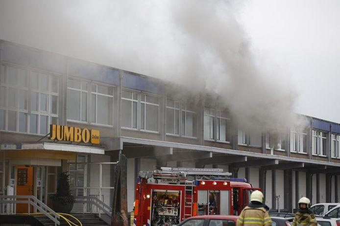 Grote rookpluimen bij het distributiecentrum van de Jumbo in Raalte.