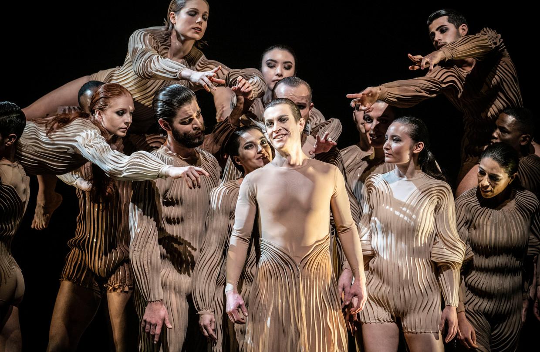 Orfeo (Samuel Boden) te midden van de groep van zangers en dansers die één organisme vormen.