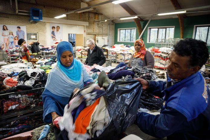 Weer een nieuw record voor het sorteercentrum waar de vier aangesloten gemeenten (Westerveld, Staphorst, Steenwijkerland, Zwartewaterland) hun ingezamelde kleding naar toe brengen. Daar wordt alles nauwkeurig bekeken en wat nog goed is wordt verdeeld onder de aangesloten kringloopwinkels.