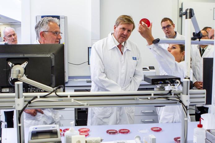 Koning Willem-Alexander laat zich bijpraten over het laboratoriumwerk bij de Gezondheidsdienst voor Dieren in Deventer. De organisatie bestaat 100 jaar en kreeg daarom koninklijk bezoek.