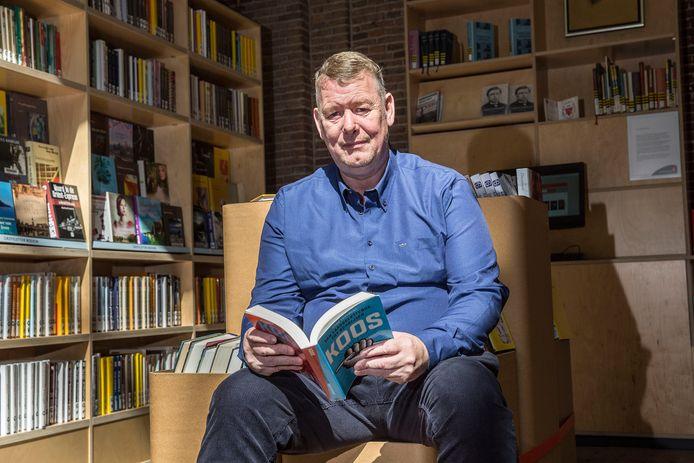 Koos Vervoort kon tientallen jaren nauwelijks lezen en schrijven. Maar sinds zijn 43ste werkt hij er keihard aan om dat te veranderen.
