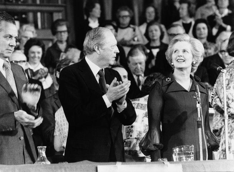Airey Neave applaudisseert voor  Margaret Thatcher (1925 - 2013) na diens toespraak  aan de Conservative Women's Organisation in Londen. Beeld Roger Jackson / Getty Images