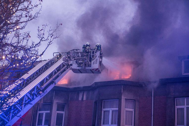 De brandweer ging het vuur te lijf, maar kon niet voorkomen dat de aanpalende woningen ook schade opliepen.