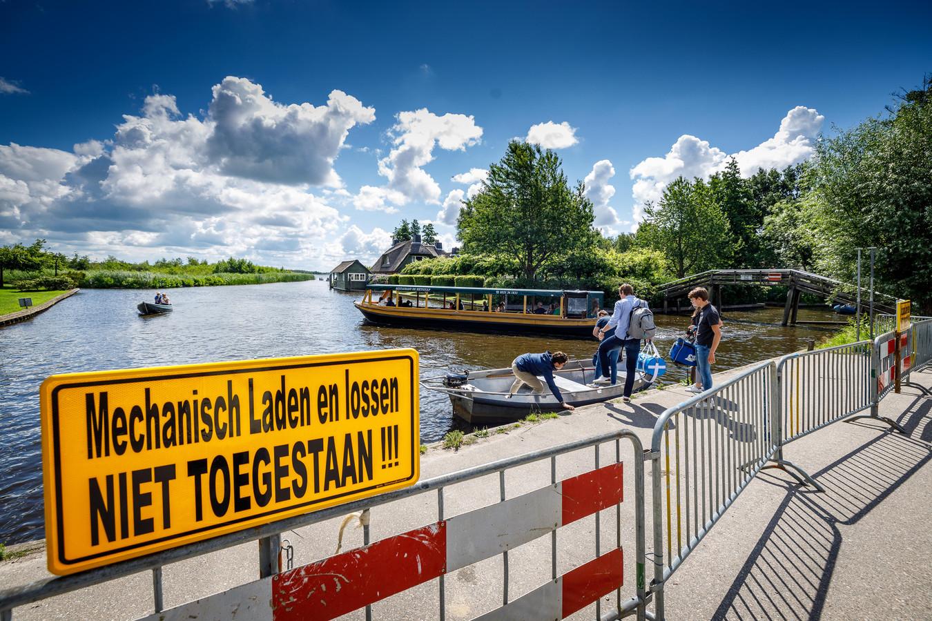 In juli van dit jaar werd de loswal afgesloten vanwege ongeoorloofd mechanisch laden en lossen. (archieffoto)