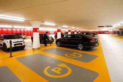 Brandgevaar elektrische auto's in parkeergarages: 'Het is wachten op de eerste ramp'