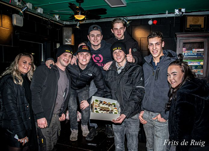 Een groep Leusdense Jongeren in jongerencentrum Fort33. Ze kregen een taart als bedankje voor het opruimen van vuurwerkafval.