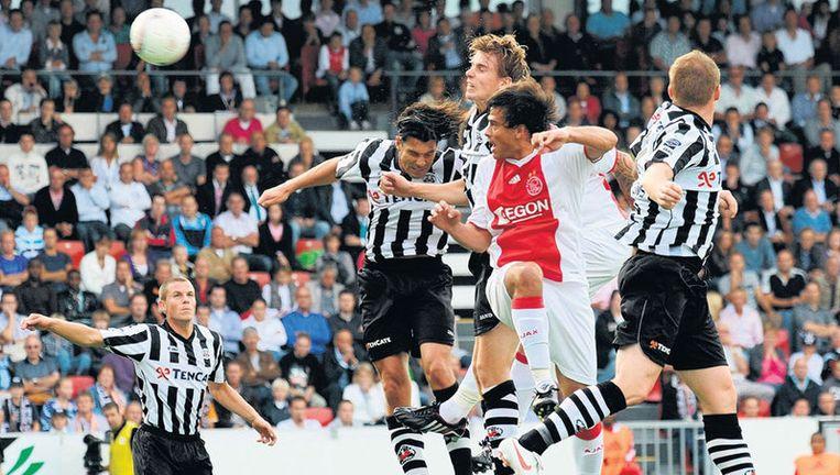 In de 67ste minuut komt Ajax tegen Heracles op voorsprong door een kopgoal van Toby Alderweireld, die zich op de foto achter teamgenoot Dario Cvitanich bevindt. Foto ANP Beeld