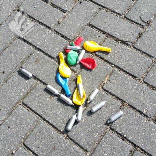 De ballonnen zijn gebruikt om het lachgas in te ademen.