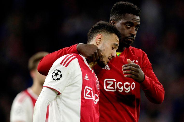 Reservekeeper Bruno Varela probeert Ajax-speler Noussair Mazraoui te troosten na het verlies tegen Tottenham Hotspur woensdag. Beeld BSR