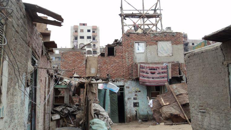 Een achterstandswijk in Caïro. Het is de bedoeling dat hier grote aantallen duurzame woningen worden gebouwd naar het idee van Rawda Rostom. Beeld