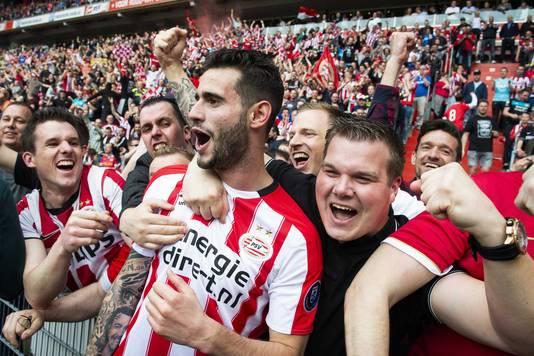 Gastón Pereiro viert de openingstreffer in de openingswedstrijd van PSV tegen Ajax.