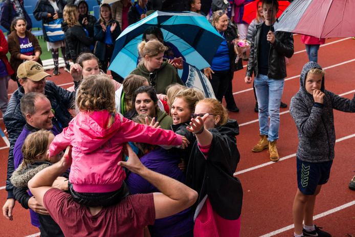 Blijdschap bij de deelnemers aan de wandelestafette als ze horen dat er 45.500 euro is opgehaald.