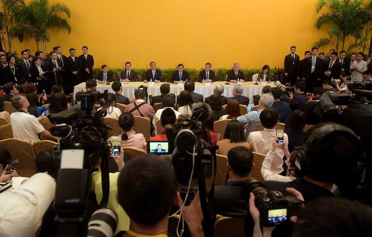 Ma Ying-jeou (midden) tijdens de persconferentie in Singapore Beeld ap