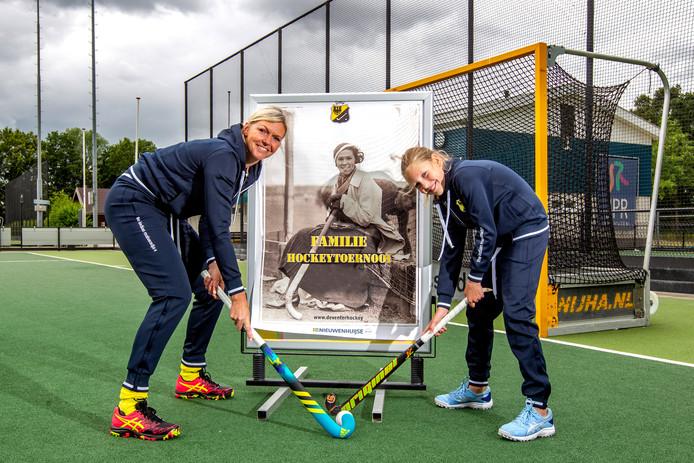 Leontien Kramer en dochter Fleur Jongman uit Deventer bij de poster waarvoor tot hun verrassing een foto van hun (over-)grootmoeder is gebruikt.