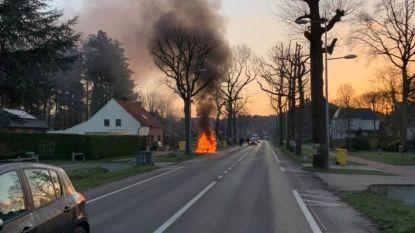 VIDEO. Auto brandt volledig uit