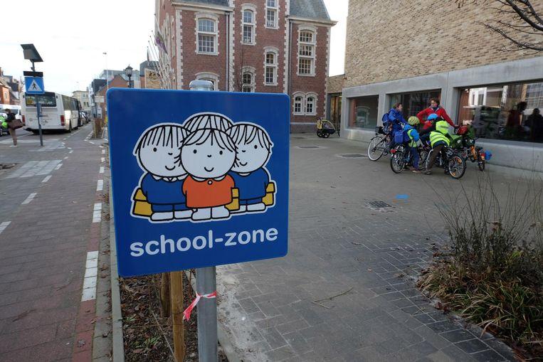Borden van Dick Bruna-figuren maken de kinderen wegwijs in het verkeer, zoals hier in Bonheiden